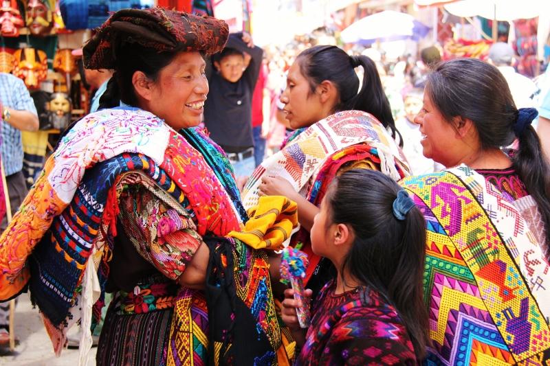 מקומיות בבגדיהם המסורתיים. לא נראה לי שהן עושות לייקים :)