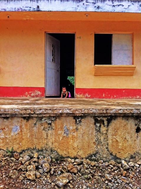 ילדונת מקומית בדרכים. מראה מרהיב