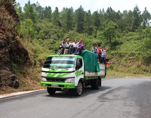 מראה טיפוסי בכבישי גואטמלה - דוחסים עד שאין יותר מקום