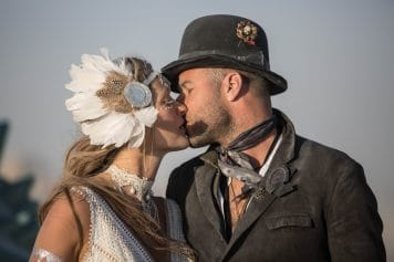 """רגע מושלם. (צילום: תומר פרץ. שמלה מושלמת: """"עמנואל"""", תכשיט ראש: רונית פורטל)"""