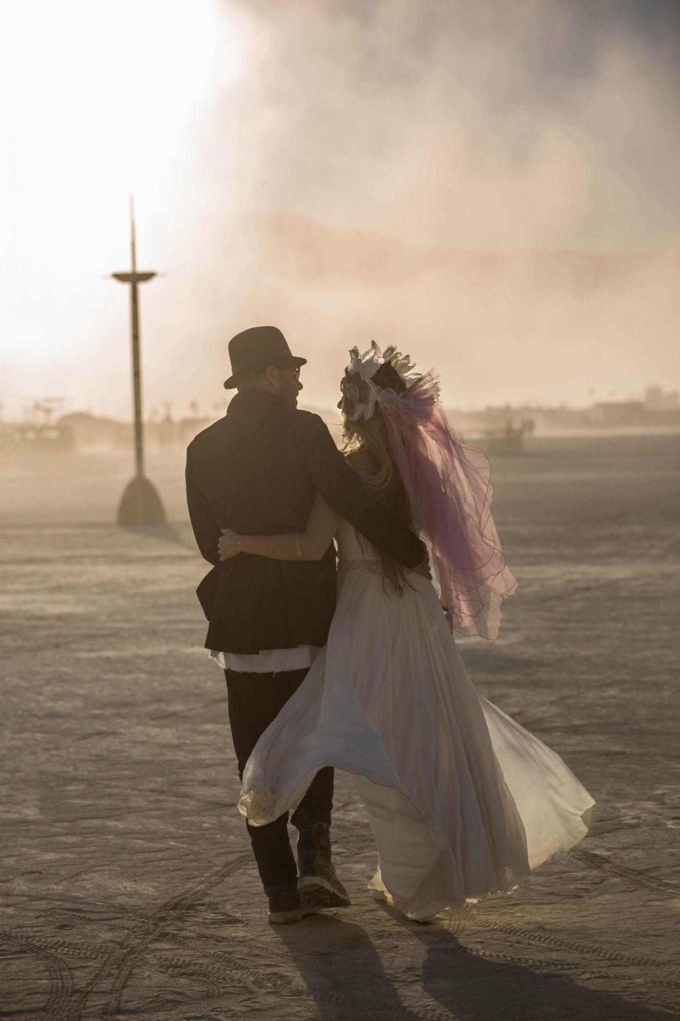 """אל האופק. בלי היסוס. (צילום: תומר פרץ. שמלה מושלמת: """"עמנואל"""", תכשיט ראש: רונית פורטל)"""