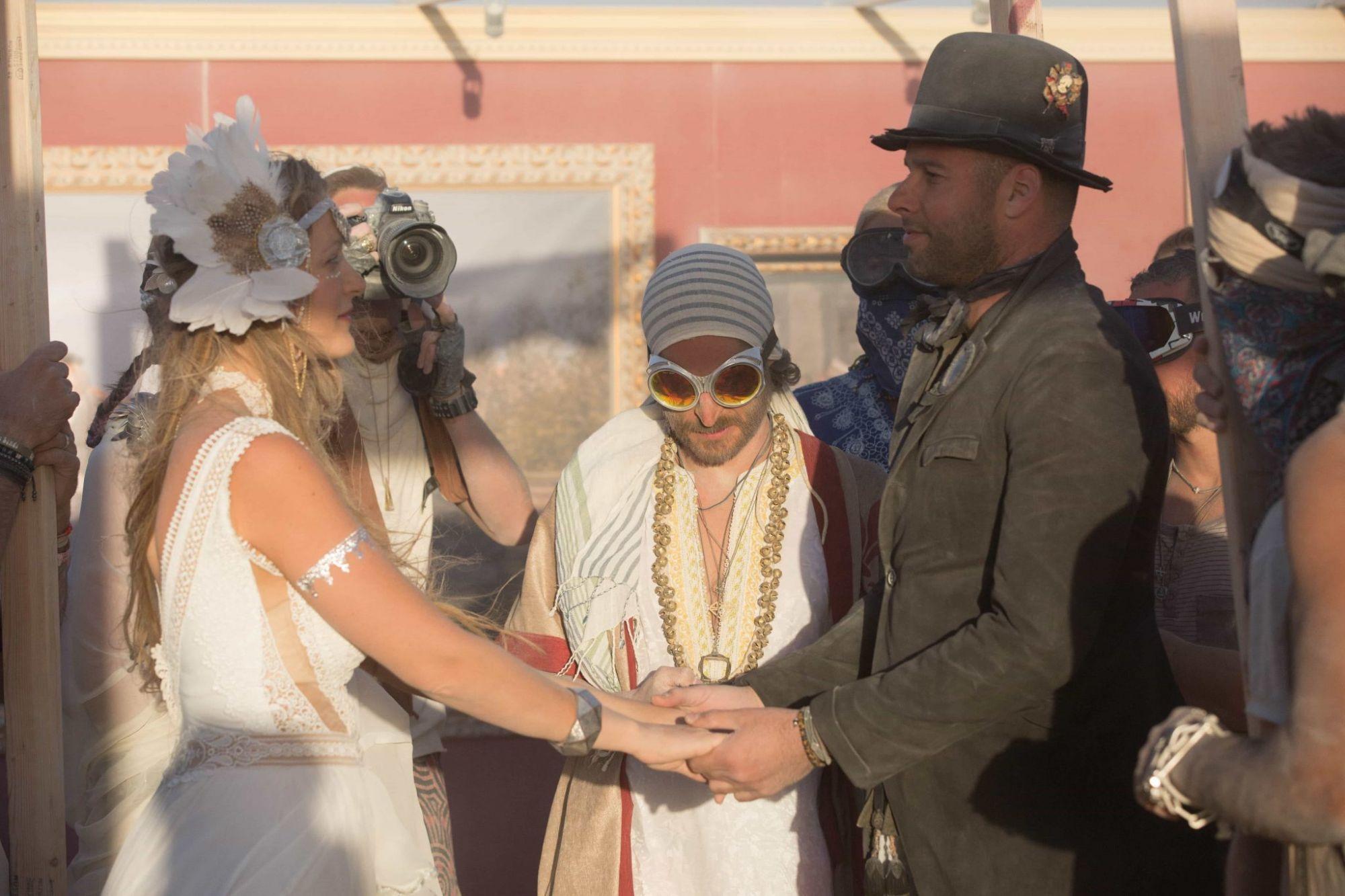 """Yes. I Do. (צילום: תומר פרץ. שמלה מושלמת: """"עמנואל"""", תכשיט ראש: רונית פורטל)"""
