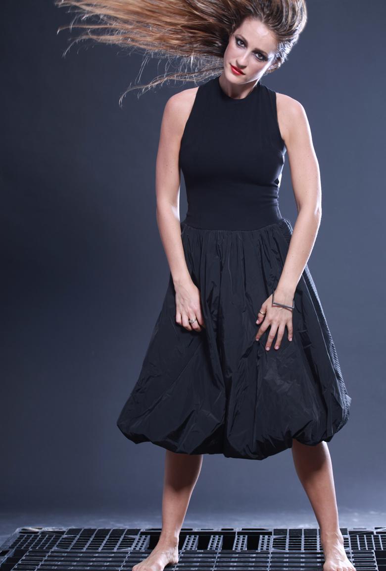 שמלה מבית ארקטה. צילם: אילן בשור, איפור ושיער: בר ברק.