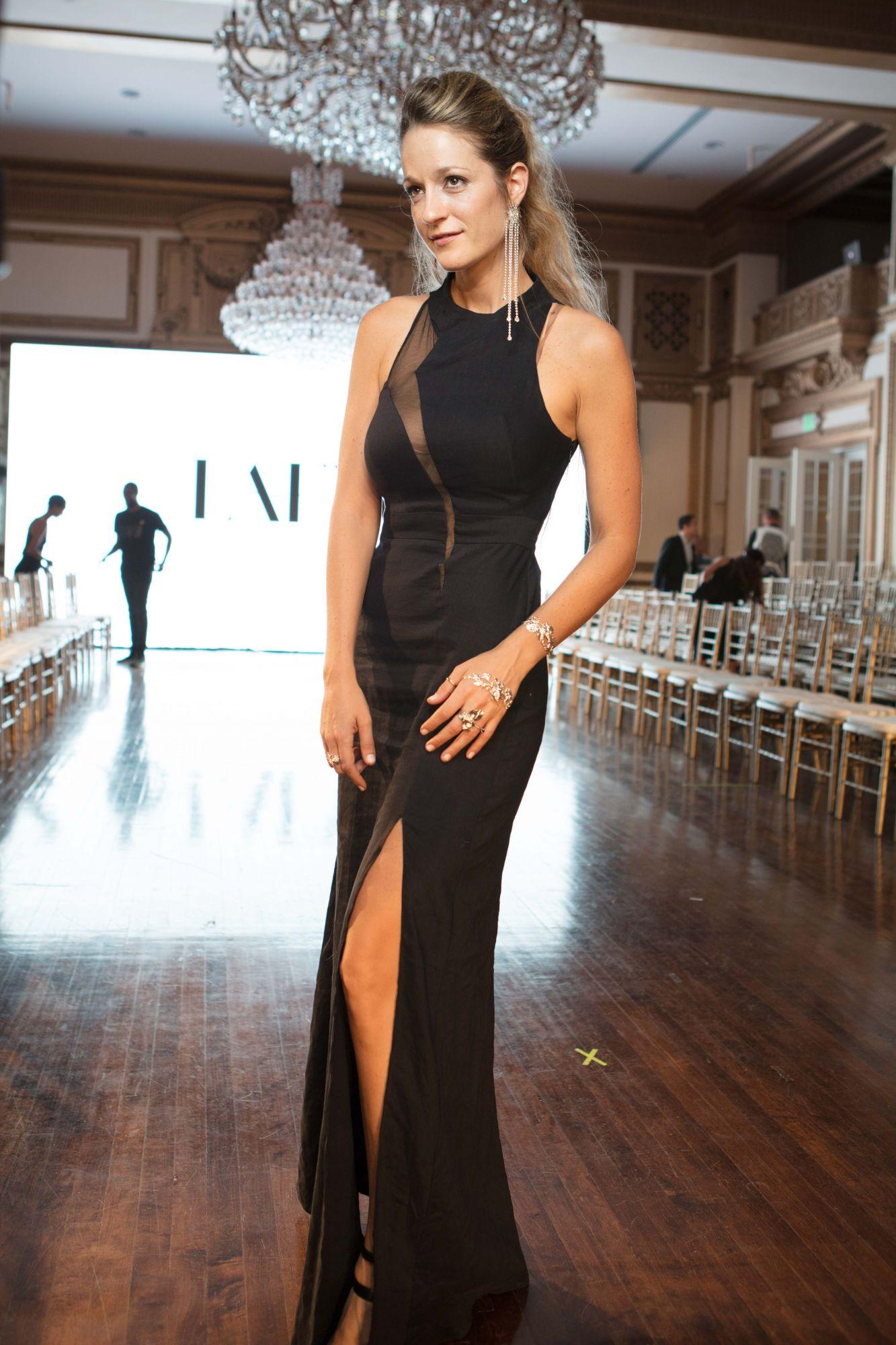 סיבה טובה להחליף שמלה כל יום. שבוע האופנה לוס אנג'לס. צילום: Michael Benedict, שמלה: יוסף. איפור: Total-Glam שיער: Jeff Wacker, תכשיטים: עדי רפאל
