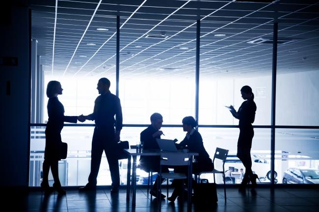 הרשתות החברתיות הפכו לצינור הזרמת מידע, כלי שיתוף נוח והביאו לפעילות דו כיוונית בין ארגונים לצרכנים. ההתפתחות היותר מעניינת אפילו, היא התפתחות כלים חברתיים פנים ארגוניים, המאפשרים תקשורת מהירה, נוחה ונגישה בין העובדים לבין עצמם.