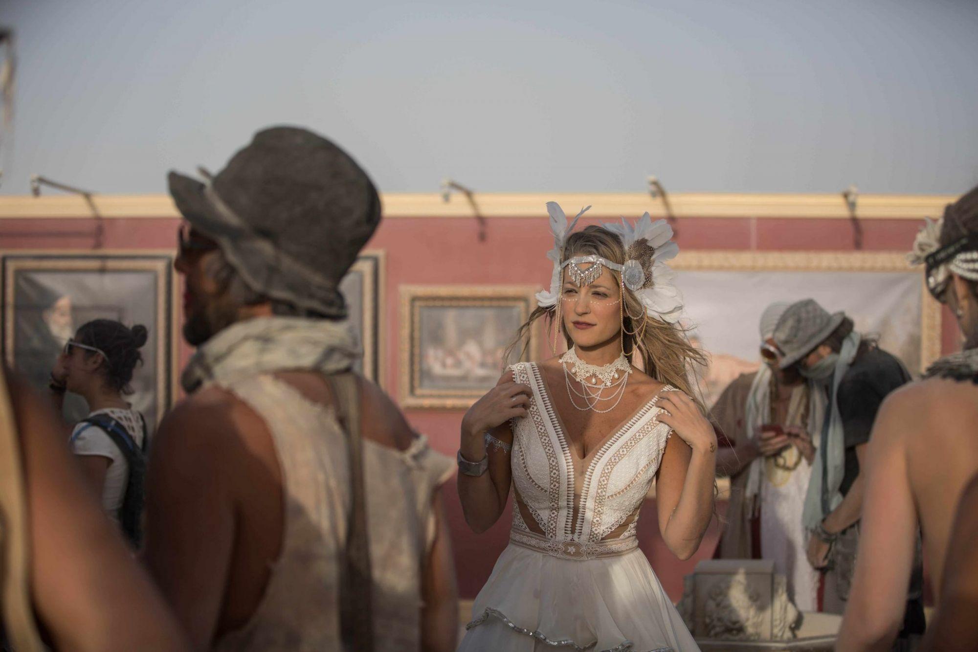 """מה, כבר נגמר? Burningman 2016 (צילום: תומר פרץ. שמלה מושלמת: """"עמנואל"""", תכשיט ראש: רונית פורטל)"""