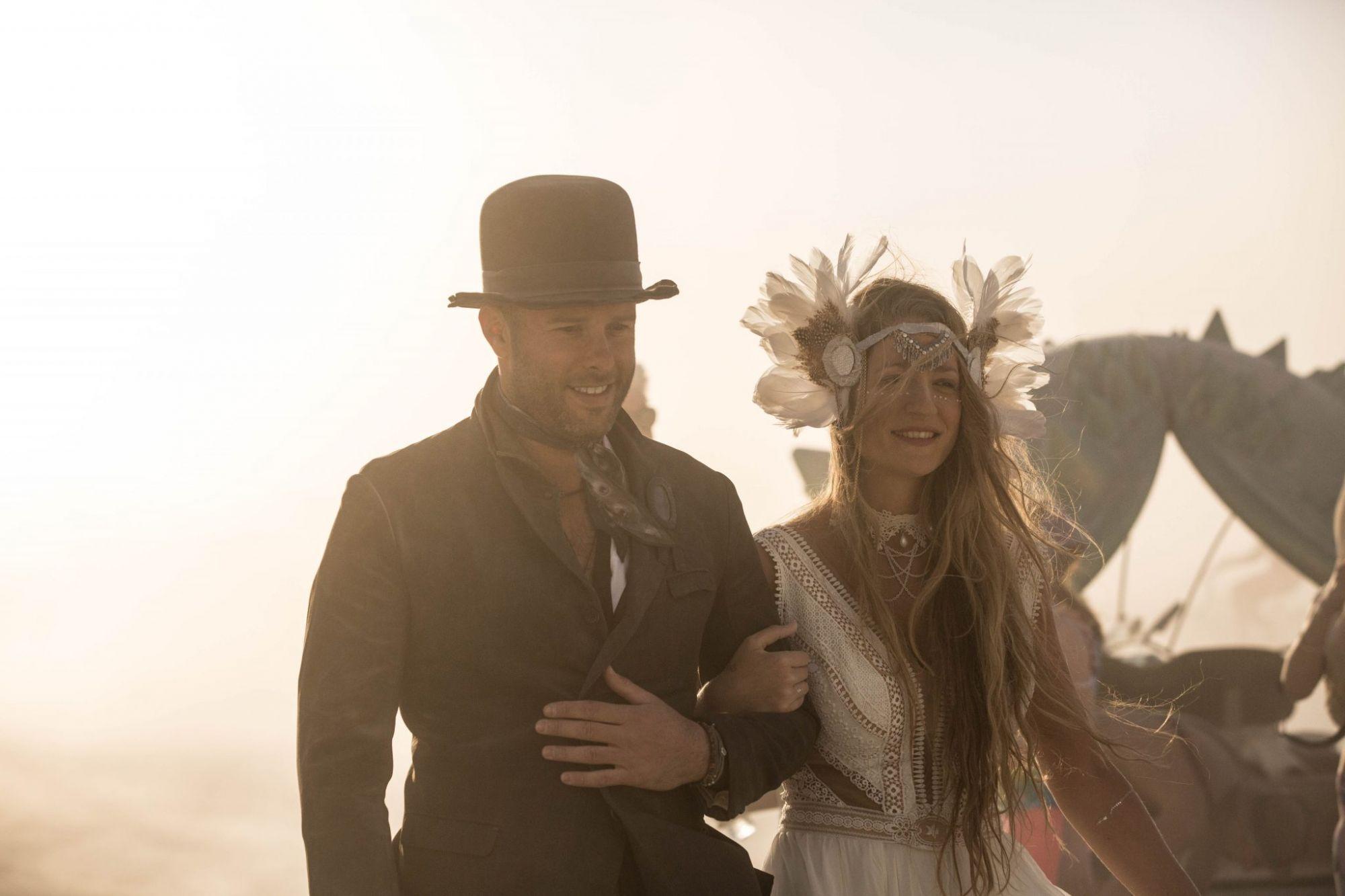 "Hand in hand at the desert storm. Burningman 2016 (צילום: תומר פרץ. שמלה מושלמת: ""עמנואל"", תכשיט ראש: רונית פורטל)"