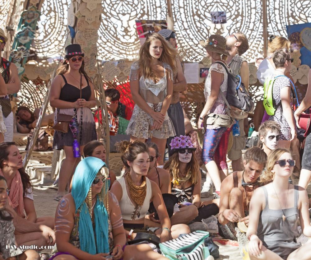 רגעים של התייחדות עם היקום. לא ניתן לתאר במילים.Burning Man's Temple המקדש של ברנינגמן (צילום: ערן לם, תלבושת: רונית פורטל)