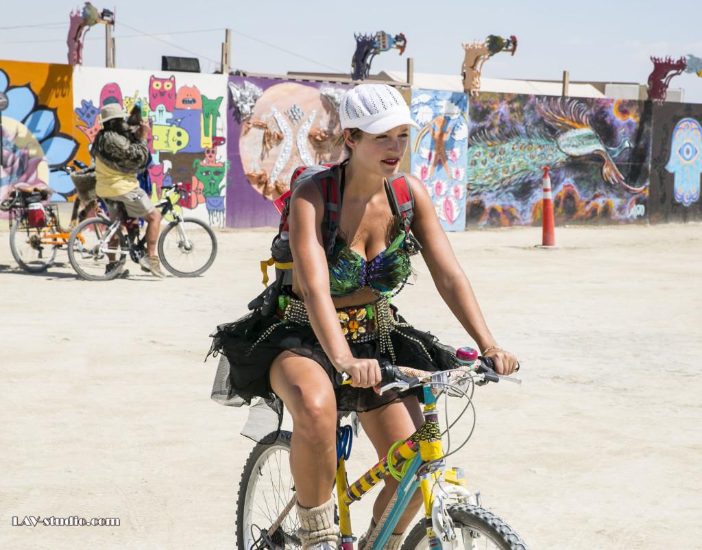רוכבת ללא הפסקה בין צלילי המוזיקה לסופות החול. ברנינגמן 2014 (צילום: ערן לם, תלבושת: רונית פורטל)