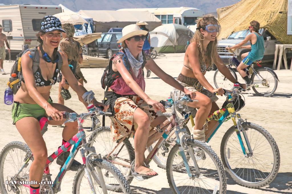 Riders on the storm.. Burningman 2014 רוכבות בתוך הקסם היקומי (צילום: ערן לם)
