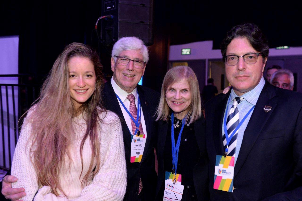 עם ראש העיר ג'וליאן גולד, אשתו מישל וראש העיר הבא, ג'ון מיריש